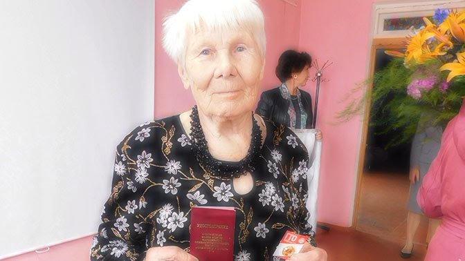 Золотым знаком отличия комплекса ГТО была награждена 86-летняя жительница поселка Волот Александра Васильевна Евстратова